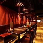 広々とした店内空間に並ぶテーブル席。5~10名様までご着席いただけます。テーブルを繋げると、最大で30名様までの大人数の宴会が可能。席のみのご予約、コースと併せてのご予約も承っております。アクセス良好の当店は、結婚式の二次会や遅い時間の飲み直しにも◎快適にお過ごしいただける空間でお食事をご堪能ください。