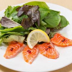 料理メニュー写真有機ベビーリーフとサーモンの塩レモンカルパッチョ