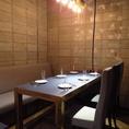 店内奥にあるテーブル席は、カーテンで仕切りを付けて半個室としても利用可能