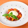 料理メニュー写真トマトとブッラータ モッツァレラのカプレーゼ