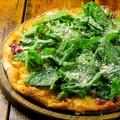 料理メニュー写真牛ロース肉とルッコラ・パルメザンチーズのトマトソースピザ