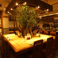 木の温もりと和の雰囲気を感じられるテーブル席はカジュアルながらも洗練された空間。