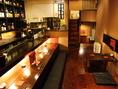 目を惹く酒棚や、落ち着けるカウンター。宴会にも利用できる半個室のお席などがあります。