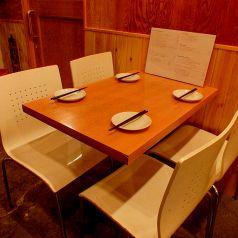 カウンターの向かいにあるテーブル席♪