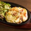 料理メニュー写真鉄板で作る 焼きポテトサラダ