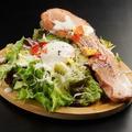 料理メニュー写真特大厚切りベーコンと温玉のシーザーサラダ