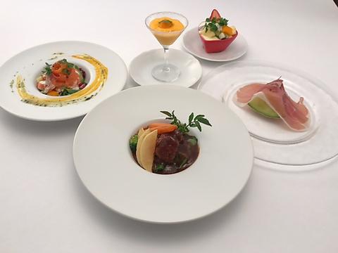 洋食とフルーツたっぷりのデザート、シェフが腕により掛けて作る洋食をお楽しみ下さい