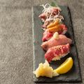 料理メニュー写真【当店名物】肉寿司5貫盛り合わせ