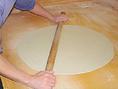 傷をなくし空気を出したら生地が完成。手のひらで押し延し麺棒を使って厚さ2mm程度まで延します。