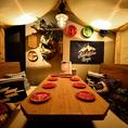[B1F 個室席] お客様により本物に近いグランピング(グラマラス×キャンピングの造語)を体験していただけるよう個室席は光量を下げて、ランタンの温かい光でお食事いただけます。