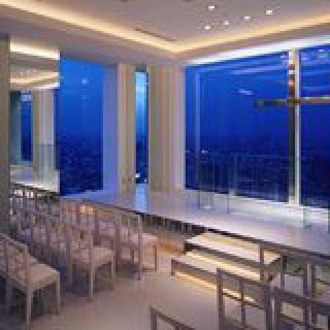ガラス張りで東京スカイツリーが目の前に見えるチャペル。東京の絶景夜景を見ながら一生に1回の大事な時をお過ごしください。プランにはお料理やその他サービスも含まれます。¥30,000~