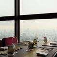 大きな窓から眺める都会の景色はまさに圧巻!景色を見やすいように少し高めにお席を設置しており、贅沢で優雅な時間をお過ごしいただけます。