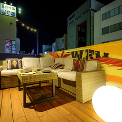VIPソファー席もご用意♪ラグジュアリーな真夏の夜の思い出作り♪心地よい音楽とイケてるアートの非日常空間で過ごす素敵なひと時を♪女子会、合コン、宴会にぴったり♪