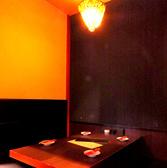 ライトダウンされたオシャレな2F個室席。
