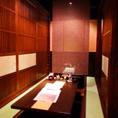 お座敷席は隣のテーブルとロールスクリーンで仕切れます。