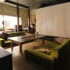 人気のソファー席。 6名様までお座りいただけます。 お隣のテーブル席と一緒にご利用いただくことも可能です♪ テーブルはくっつければ最大12名までご利用可能◎