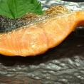 【鮭(塩又は照)/柳葉魚(三本)…1200円(税込)】とってもなじみ深い魚、「サケ(鮭)」。塩が旨味を更に引き出す。絶妙な焼き加減は最高のおつまみです。美味しいお酒と身が大きい焼きたての鮭で北海道グルメをご堪能下さい。