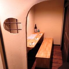 おひとり様でもおすすめのカウンター個室は周りを気にせずのびのびとお過ごしできます。