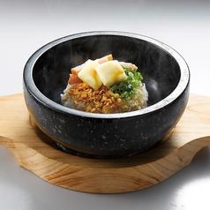 料理メニュー写真熱々!石焼ガリバタライス/とろ~りチーズの石焼キーマカレー