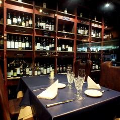 落ち着く店内で日本ソムリエ協会認定ソムリエ選ぶ厳選したワインがずらり。