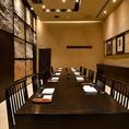 接待や会食向けの、ゆったりと開放的なVIPルームです!8名~12名様用の完全個室となっております(チャージ料 3300円)。当店のスタッフが近すぎず遠すぎずの程をわきまえたおもてなしをさせていただきますので、ごゆっくりこだわりの和食料理を満喫してください。