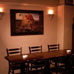バベルの塔の絵が飾られたテーブル席