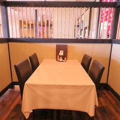 2~4名様掛けのテーブル席が13卓ございます。