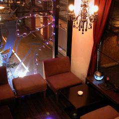 シャンデリアの飾られたソファー席