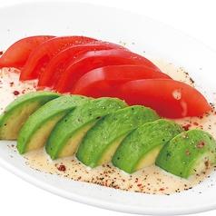料理メニュー写真アボカド&トマトのクリーミーソース(ガーリック風味)