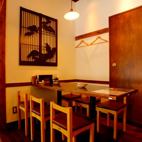 温かみのある色で統一されており、壁の装飾などこちらの席もどこか家庭的な雰囲気を感じさせます。