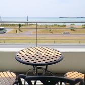 テラスからの眺めは抜群!沖縄の海を満喫できるテラス席は大人気♪※テラスのみ喫煙可能!