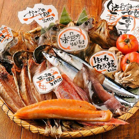 干物の中でも一番のおすすめは、知る人ぞ知る干物ブランドの「伴助干物」から取り寄せた『鯖の開き』。魚醤を隠し味に、ほどよい脂と美しくおいしそうな飴色が特徴です。干物にこだわり続けて55年。受け継がれた伝統の味を是非一度ご賞味あれ!