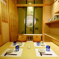 竹や和皿が装飾された個室空間は3~4名様で。落ち着いた雰囲気の中でゆったりとお過ごしください。※系列店との併設店舗です。