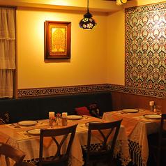 【2~4名様テーブル席×9卓】店内は異国に来たような、「本場」を感じられる空間!!暖かい色を基調とした店内は落ち着く空間。店内・外壁タイル等のレイアウトなども現地のものを使い、接客サービスやトルコの独特な空気感を感じられる空間を演出しています。大切な人との優雅な時間を過ごすのに最適♪