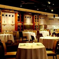 洗練された空間でお食事を。カジュアルにお楽しみいただける人気のお席です。