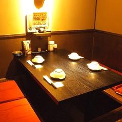 ≪4名様用掘りごたつ個室≫インテリアと照明にこだわった少人数用個室。デートにもおすすめです!落ち着いた個室の空間で、ゆったりとお食事とお酒をお楽しみください◎※画像は系列店です。
