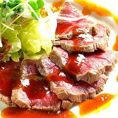 料理メニュー写真黒毛和牛のたたき 和風ガーリックソース
