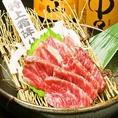 うまかもん勢ぞろい!!特選紅白馬刺し盛り合わせに具だくさんで食べ応え抜群のがめ煮!本場九州から直送される食材で手間ひま掛けて作り出すこだわりの九州郷土料理を是非ご賞味ください◎
