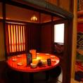 赤い机が特徴の完全個室です☆落ち着いた雰囲気でお楽しみください♪