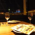 テラス席から見えるパノラマに広がる夜景はムードたっぷり
