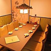 4名様までのテーブル席を5卓完備しており、最大20名様までご着席が可能。ご利用人数に合わせてレイアウト変更することもできますので、お気軽にご相談ください。お仕事帰りに同僚との飲み会や友人たちとの集まり、家族でのお食事など普段使いにおすすめです。当店自慢の逸品料理とお酒を堪能しながら、賑やかなひとときを。