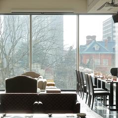 ランチタイムは大きな窓から自然の緑など癒される景色が広がっています♪良い景色を眺めながらお食事していただけます!