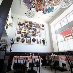 1階席。天井が高く、開放感のある店内はゆったりとお食事を楽しんでいただけます。2名様テーブル×7卓ございます。