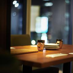 少人数様から団体様までご利用いただける夜景シート完備◎当店オススメの空間で素敵なひと時をお過ごしください。