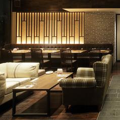ゆっくりと会話を楽しめるソファー席は一テーブル最大5名様までご利用頂けます♪