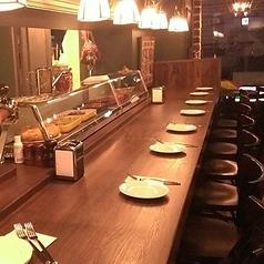 生ハムやタパスの並ぶカウンター席、その日のオススメも直に見れちゃいます!ゆったりとした雰囲気の中◎お1人様でも大歓迎!オシャレなカウンターで美味しい料理とお酒をご堪能ください!