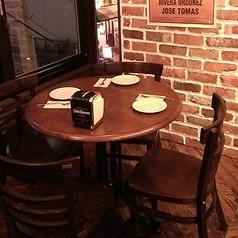 窓際の丸テーブル席☆外を見ながら食事ができる人気のお席です。