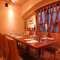 テーブル席は全14席。人数によりレイアウト変更可能です。(お写真は8名様用のレイアウトです)