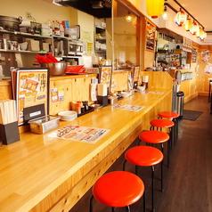 おひとりさまや少人数でのご利用にはカウンター席もあり♪目の前で揚げたての串カツをお召し上がりください!