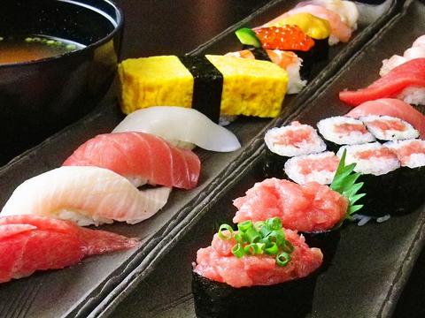 地元で永く愛されている店。ゆったりできる和の空間で新鮮な魚やお酒を楽しめる。